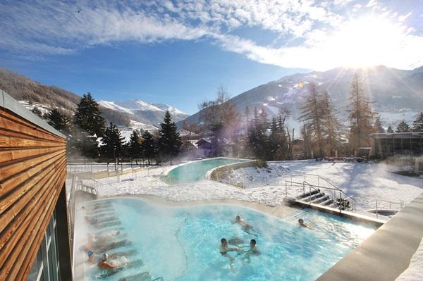 https://www.agriturismoraethia.it/wp-content/uploads/2015/11/Bormio-Terme-vasca-Quattro-Stagioni-inverno.jpg